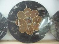 Mesa redonda de mármol fosilizado